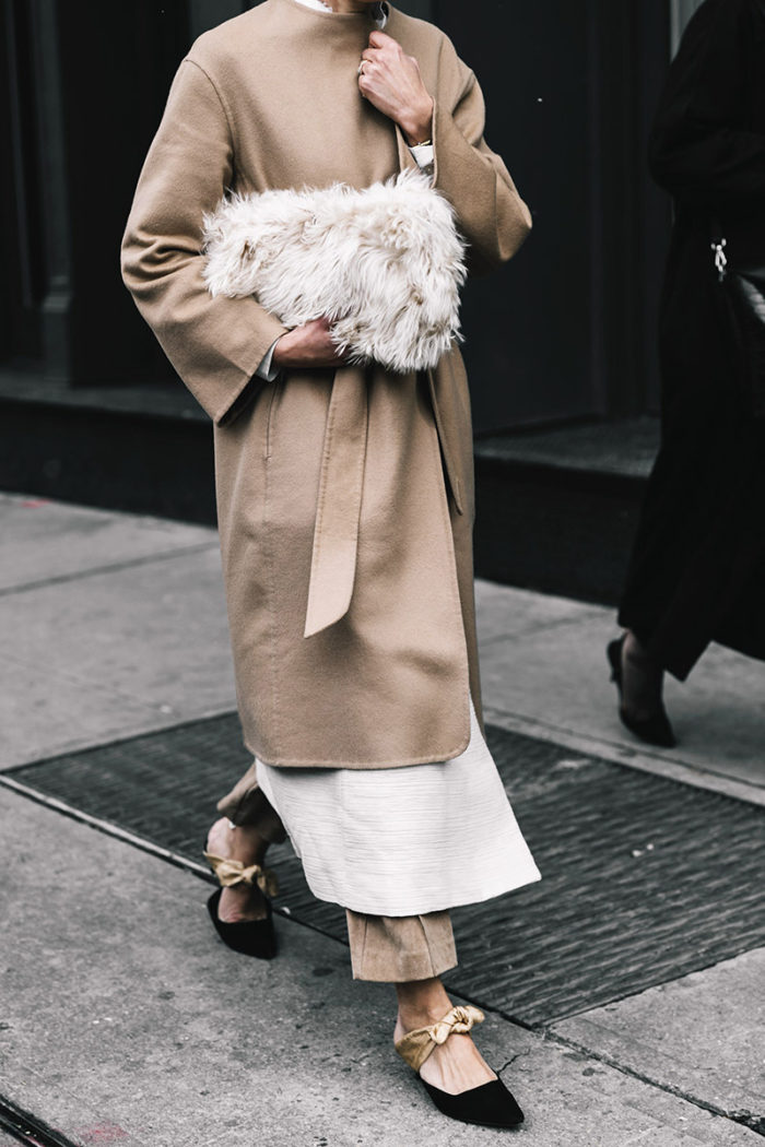 streetstyle look camel coat fur clutch